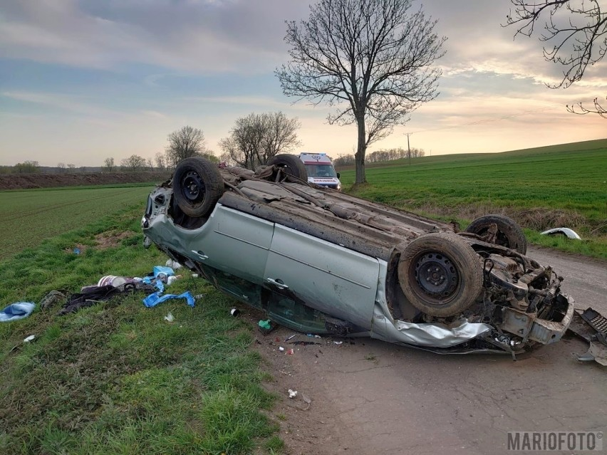Samochód dachował na prostym odcinku drogi.