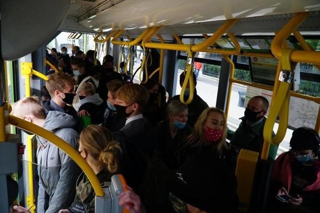 Spółka MPK Poznań nie jest w stanie wysłać na trasy jeszcze więcej tramwajów i autobusów, aby zachować limity pasażerów w pojazdach komunikacji miejskiej przewidziane dla czerwonej strefy.