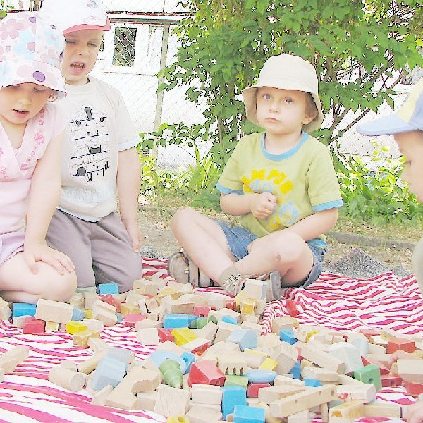 """Wczoraj w przedszkolu """"Bajka"""", w ramach obchodów """"Dni Wąbrzeźna"""", trwał dzień malarstwa. Większość dzieci chwyciła za kredki i farbki, jednak Ola, Sebastian, Aleksander i Hubert mieli inne zadanie - z klocków układali budynek swojego przedszkola."""