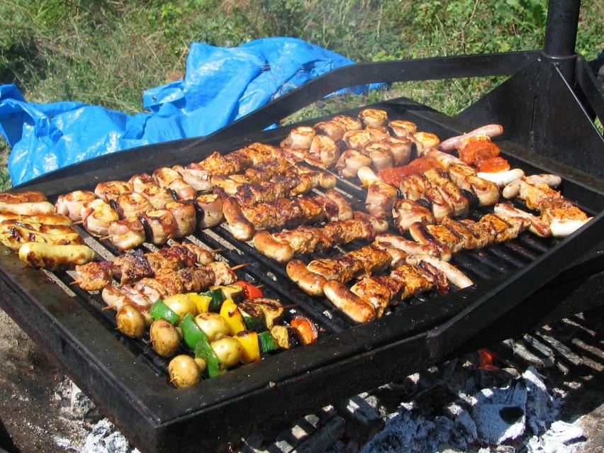 Węgiel drzewny sprawdza się lepiej, jeśli grillujemy...