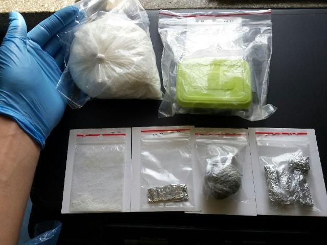 Podczas przeszukania mieszkania podejrzewanego policjanci znaleźli i zabezpieczyli prawie 370 gramów amfetaminy  i prawie 15 gramów marihuany.