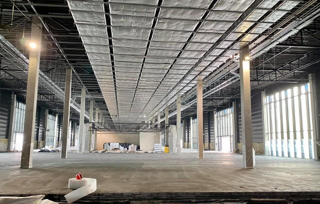 Wewnątrz terminala nieprzerwanie trwają prace instalacyjne i montażowe. Terminal to kluczowa i najkosztowniejsza inwestycja w Porcie Lotniczym Warszawa – Radom.
