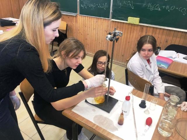 """ZSS Fundacji Edukacji """"Fabryczna 10"""" podpisał umowę z Urzędem Marszałkowskim Województwa Podlaskiego na realizacje edukacyjnego projektu """"Rozwijamy skrzydła na Fabrycznej"""". Jego celem jest wsparcie rozwoju uczniów ze specjalnymi potrzebami edukacyjnymi - tych szczególnie zdolnych i tych z różnego rodzaju problemami zdrowotnymi."""