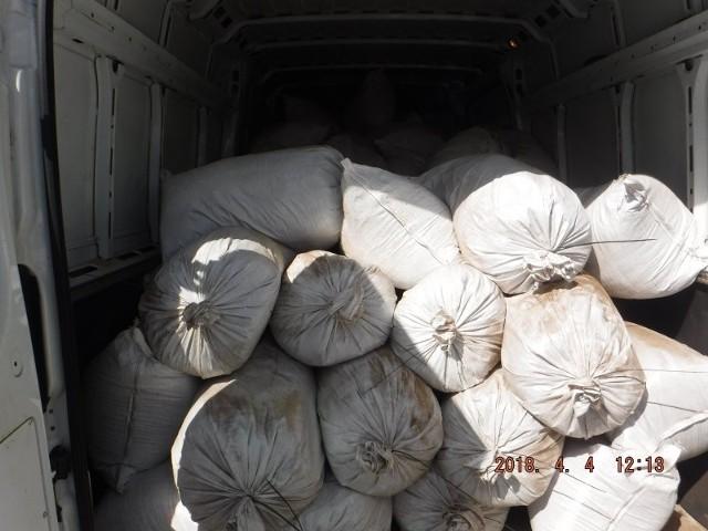 Funkcjonariusze służby celno-skarbowej wykryli w aucie 109 jutowych worków z tytoniem bez akcyzy, łącznie 1635 kg.