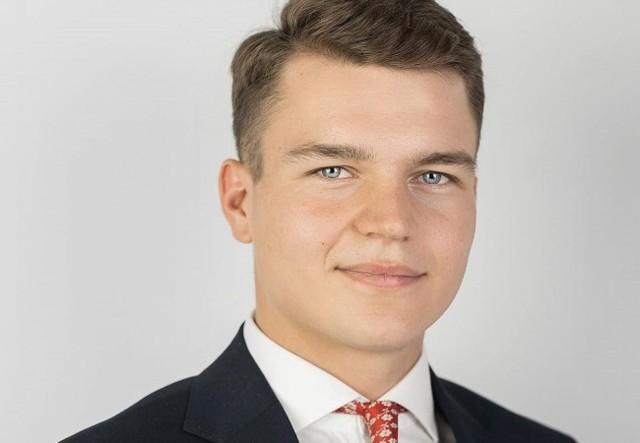 Dobromir Szymański jest studentem prawa na Uniwersytecie Mikołaja Kopernika w Toruniu. Do niedawna był pracownikiem biura poselskiego poseł Iwony Michałek. Jest również radnym Rady Miejskiej w Inowrocławiu i sekretarzem regionalnych władz Porozumienia Gowina. Właśnie został wybrany rzecznikiem prasowym Polskiej Fundacji Przemysłu Kosmicznego.