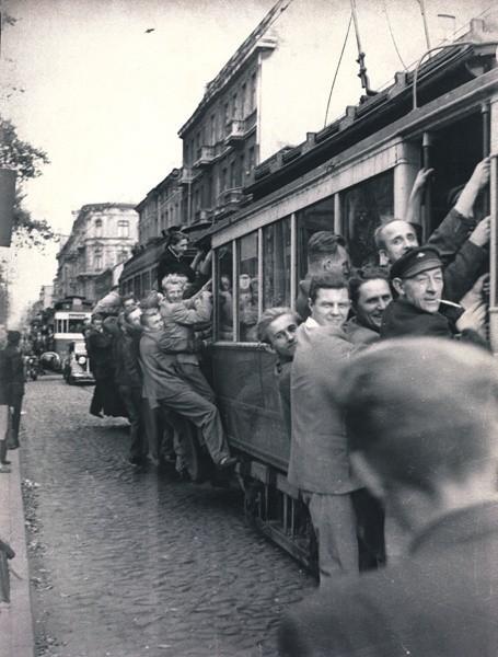 W początkach lat 50. podróżowanie łódzkimi tramwajami nie było łatwe. Linie obsługiwał głównie przedwojenny jeszcze tabor.Zobacz zdjęcia na kolejnych slajdach