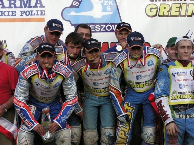 Z tyłu (od lewej): Krzysztof Szyszka, Jacek Ziółkowski (kierownik drużyny), Janusz Stachyra (trener). Z przodu (od lewej): Paweł Miesiąc, Andriej Karpow, Marcin Leś i Dawid Stachyra.