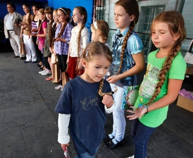 """Wielkie mierzenie warkoczy podczas festynu farnego """"Warkocz Magdaleny"""" w 2011 roku"""