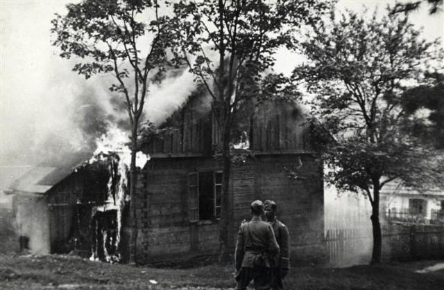 Dzień Walki i Męczeństwa Wsi Polskiej. Niemieccy policjanci w płonącym Michniowie. 12 lipca 1943