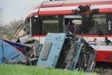 Wypadek na przejeździe kolejowym w Bolechowie. Kierowca ciężarówki Roman S. wjechał pod pociąg. Rozpoczął się jego proces