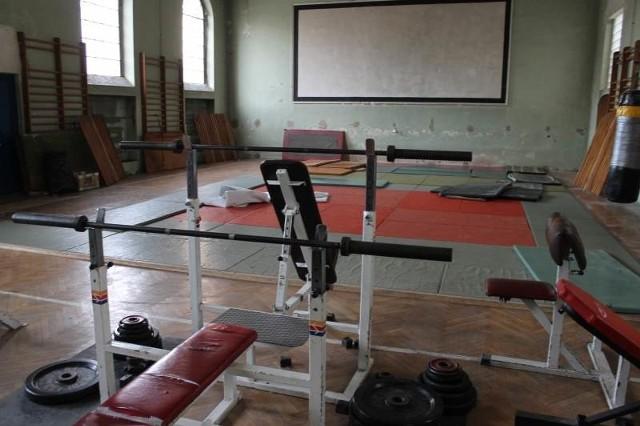 Przez lata w tej sali funkcjonowała siłownia, z której korzystali policjanci. Teraz ma tu być miejsce do prób muzycznych i tanecznych.