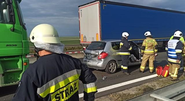 Kierowca ciężarówki staranował trzy inne samochody. Był kompletnie pijany.