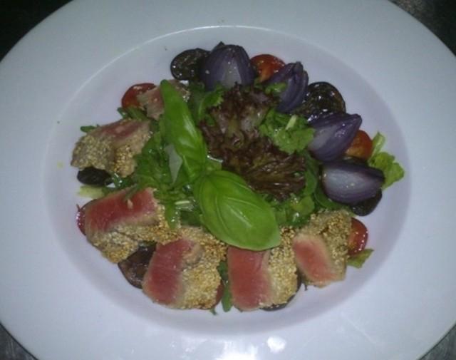 Sałatka z tuńczykiem w sezamie