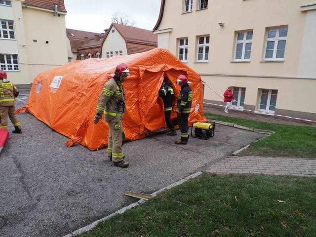 Medycy razem z koszalińską Strażą Pożarną sprawdzali scenariusz na wypadek wybuchu epidemii w regionie. W tym scenariuszu przy szpitalu powstałaby mobilna izba przyjęć dla pacjentów z podejrzeniem zakażenia koronawirusem.