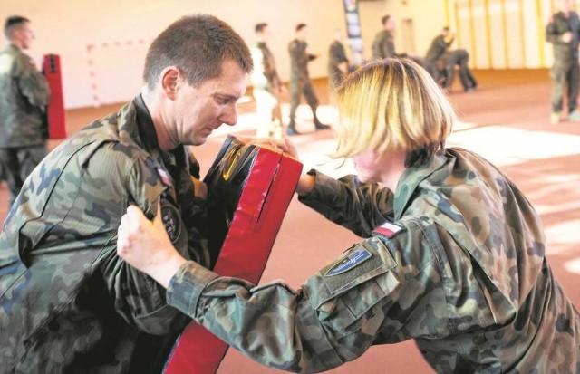 Wojskowi instruktorzy sztuk walki to fachowcy. Ale czy rzeczywiście nie mają nic innego do roboty?