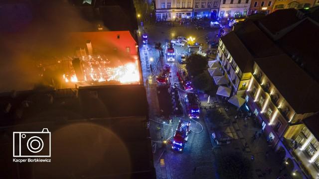 Pożar pałacu w centrum Świdnicy. Ewakuacja mieszkańców i olbrzymie zniszczenia