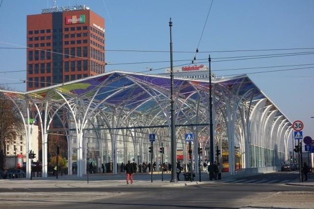 """Stajnia jednorożców przy Centralu kosztowała 12 mln zł. W Łodzi mają stanąć kolejne przystanki przesiadkowe MPK. Mają wyglądać tak jak """"stajnia jednorożców"""" przy Centralu. Wszystko wskazuje, że wkrótce w Łodzi pojawią się kolejne dwie """"stajnie jednorożców. Gdzie mają się pojawić kolejne przystanki? Kliknij dalej"""