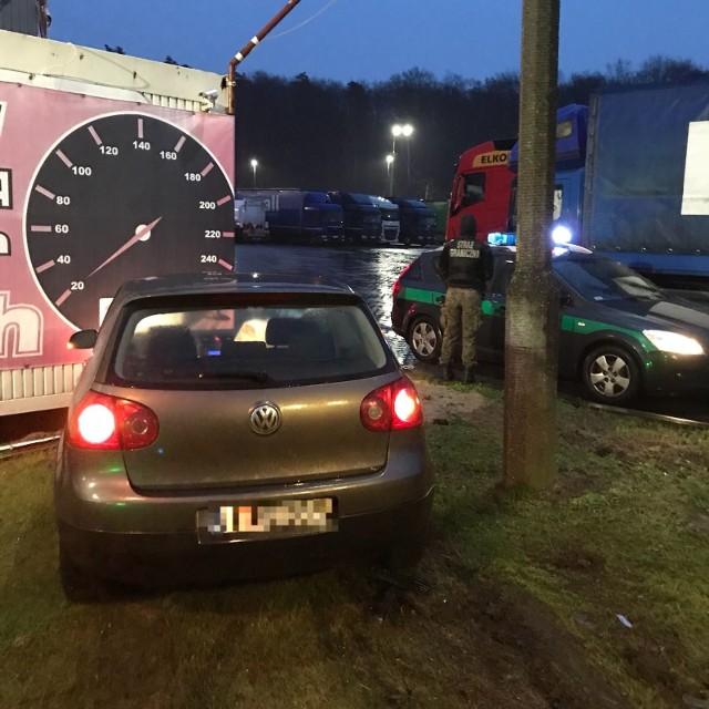 W czwartek, 28 grudnia, nad ranem, funkcjonariusze zatrzymali po pościgu 32-letniego mężczyznę, który uciekał skradzionym w Niemczech volkswagenem golfem.Kierowca auta nie zatrzymał się na wezwanie funkcjonariuszy ze Świecka i zaczął uciekać w kierunku Poznania. Podczas jazdy z dużą prędkością łamał wszelkie przepisy ruchu drogowego. Pojazd w pewnym momencie skręcił z autostrady A2 w kierunku Słubic i wpadł w poślizg. Auto zahaczyło o krawężnik, skosiło znak drogowy i zatrzymało się uderzając w metalowy pawilon. Kierowca samochodu wysiadł z auta i zaczął uciekać. Po krótkim pościgu został zatrzymany. To 32-letni mieszkaniec województwa śląskiego, któremu wcześniej zatrzymano prawo jazdy. Pojazd nosi ślady uszkodzenia zamka oraz drzwi. Jego szacunkowa wartość to ponad 25 tys. zł.Czytaj też: Kradzionym autem uciekał przed strażą graniczną w Świecku. W końcu rozbił się o drzewo [ZDJĘCIA]