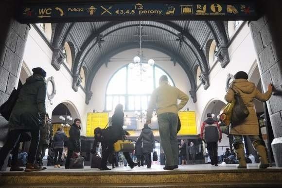 Przez główną halę dworcową codziennie przechodzą tysiące osób. Im nie uśmiecha się, aby w czasie remontu dworca na perony chodzić dwa razy dłuższą trasą. (fot. Archiwum/SM)