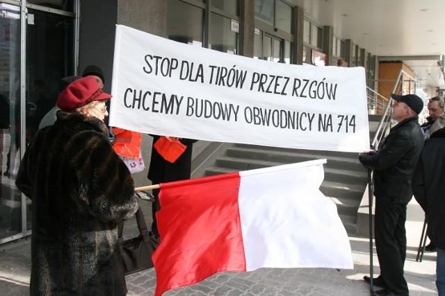 Mieszkańcy Rzgowa pikietowali w sprawie obwodnicy kilka razy podczas sesji Sejmiku Województwa Łódzkiego