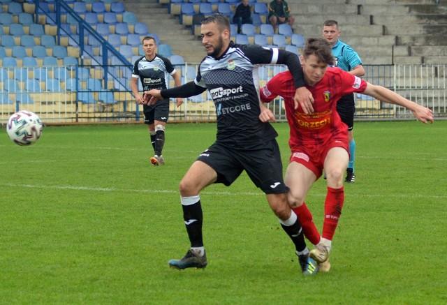 Piłkarze Igloopolu (nz. w czarnych koszulkach) nie potrafią odnieść zwycięstwa na własnym stadionie. Po wygranej na inaugurację z Głogovią, notują passę czterech domowych meczów bez kompletu punktów.