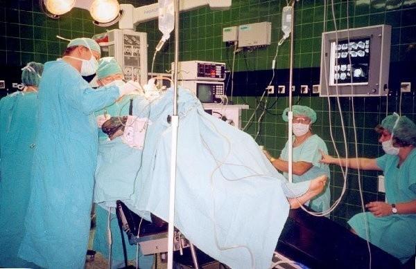 W trakcie jednej z operacji. Na pierwszym planie  lekarz Jaroslaw Wrzyszcz, w głębi ordynator  Adam Zaborowski. Z prawej - anestezjolog  Roman Laba i pielęgniarka anestezjologiczna  Aleksandra Borowska.