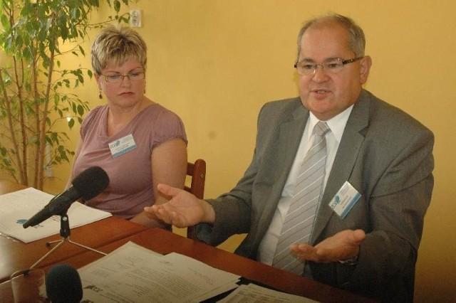 Dyr. Tadeusz Tofel i gł. księgowa Barbara Rudolf przekonują, że NFZ powinien przekazać naszemu szpitalowi ok. 7 mln zł.