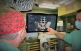 Opole. Neurochirurdzy ze Szpitala Klinicznego testowali robota, który szybko i bezbłędnie osadza implanty w kręgosłupie