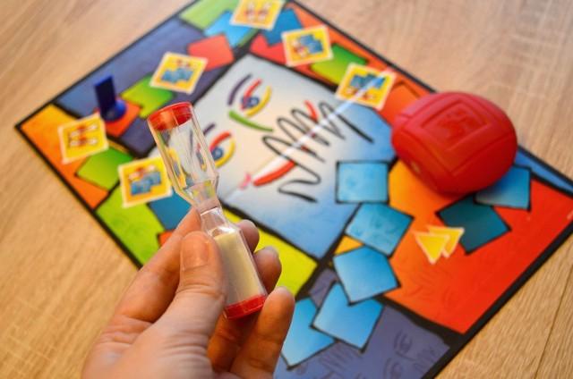 Tabu to jedna z klasycznych gier imprezowych. Gracze wyjaśniają sobie nawzajem hasło napisane na karcie, ale tak by nie użyć zawartych w poleceniu słów i zmieścić się w czasie odmierzanym przez klepsydrę.