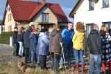 Protest mieszkańców Ławek w Mysłowicach. Nie chcą budowy farmy fotowoltaicznej obok swoich domów ZDJĘCIA