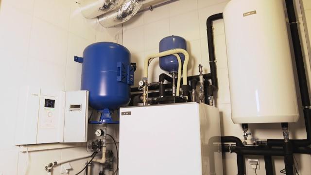 Hybrydowy system grzewczyGrzewcze systemy hybrydowe wpisują się w strategię Unii Europejskiej, która ma na celu ograniczenie emisji dwutlenku węgla oraz rozwój odnawialnych źródeł energii (tzw. OZE).
