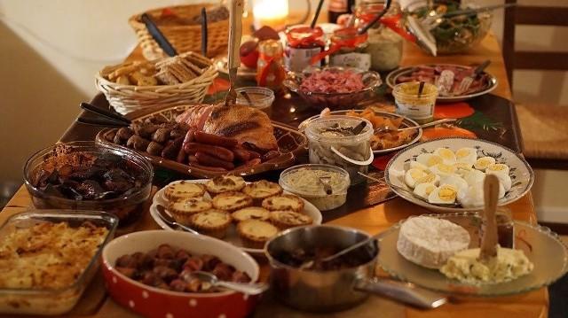 W święta łatwo przesadzić z nadmierną ilością spożywanych dań. Jest w czym wybierać, bo na stołach pysznią się same smakołyki. Odwiedzając bliskich u każdego trzeba coś spróbować. No i nic nie może się przecież zmarnować!Jak sobie radzić z przepełnionym żołądkiem? Sprawdź ----->