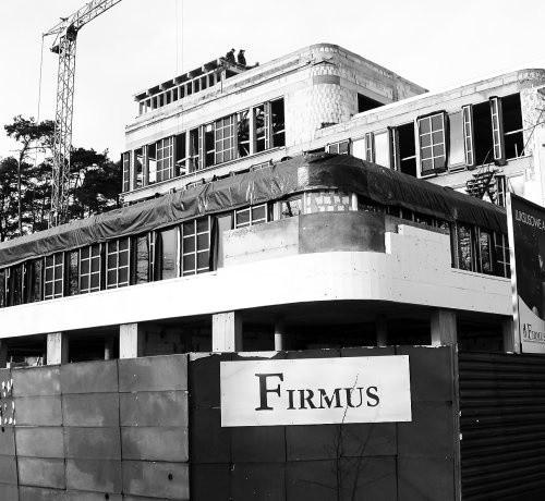 """Budowany przez """"Firmus"""" potężny apartamentowiec przy głównej ulicy w Mielnie nie wszystkim mieszkańcom się podoba."""