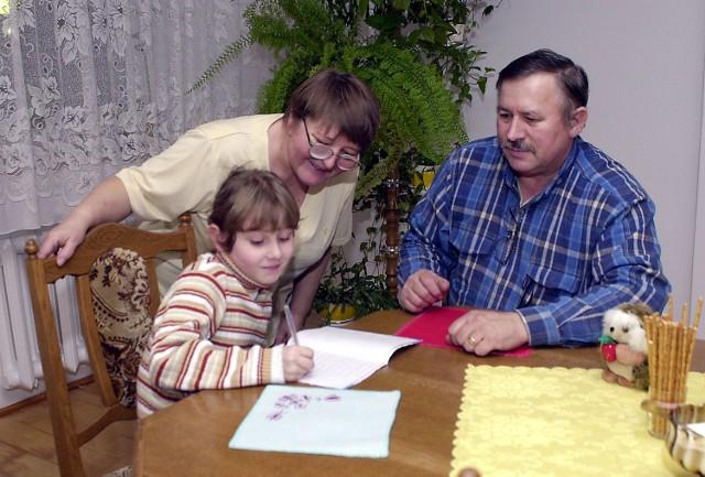 """Dorotka już się przywiązała do """"cioci"""" i """"wujka"""" - państwa Żaczkowskich."""