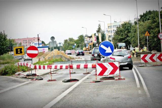 W najbliższych dniach kierowców czekają zmiany w organizacji ruchu na kilku wrocławskich ulicach. Niektóre z nich zostaną zamknięte lub zwężone. Powodem są remonty i przebudowy. Trzeba liczyć się z przejściowymi utrudnieniami i objazdami. Jeździsz autem po mieście? Na slajdach w galerii sprawdź, jak zmieni się organizacja ruchu i ile potrwają prace.