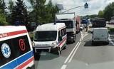 Wypadek karetki w Zawierciu. Dwie osoby są ranne, jeden pas DK 78 jest zablokowany