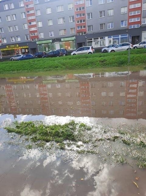 Tradycyjnie przy intensywnych opadach zalewana jest ulica Hoża na kieleckim Czarnowie. Ulica była nieprzejezdna.