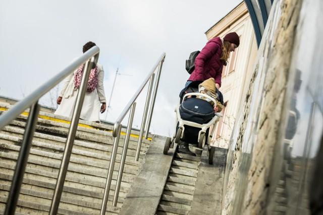 Dla osób z dziećmi, które przechodzą pod rondem z wózkami, korzystanie z podjazdów na pewno nie należy do wygodnych. Niepełnosprawni są zmuszeni to miejsce omijać