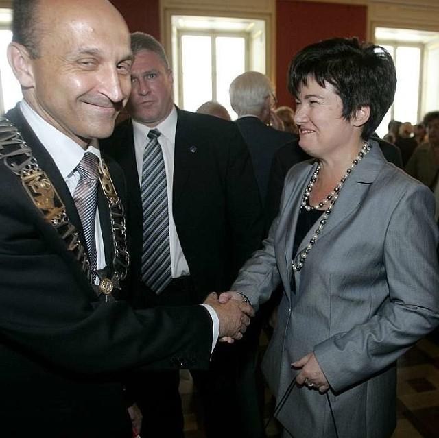 Uśmiechy Hanny Gronkiewicz-Waltz (PO) i Kazimierza Marcinkiewicza (PiS) nie przeszkadzają ich partiom toczyć ostrego boju o władzę w Polsce.