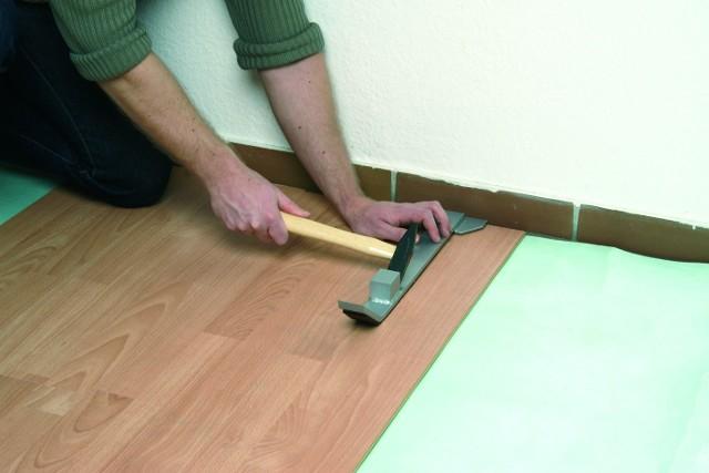 Dociąganie paneli laminowanych podczas montażuPodczas układania paneli laminowanych należy je dobrze dociągać, żeby podczas użytkowania nie rozchodziły się.