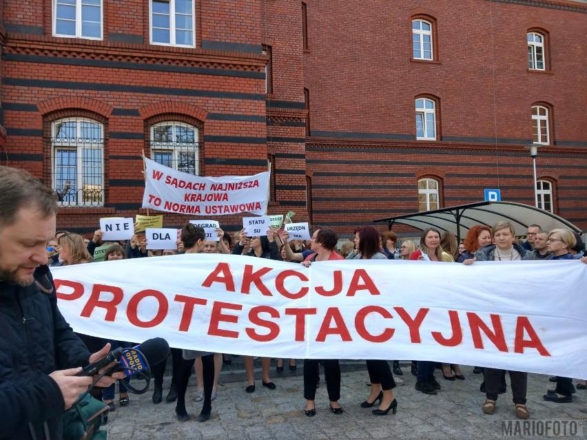 W czwartek, w samo południe, przed gmach Sądu Rejonowego w Opolu, wyszli jego pracownicy oraz sędziowie. Dołączyli do nich również pracownicy pobliskiego sądu okręgowego. Żądania są jasne. Podwyżki płac.