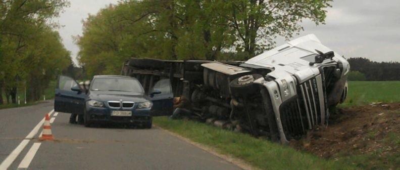 Parę dni temu na trasie pomiędzy Małuszowem i Torzymiem ciężarówka wypadła z trasy. Po wypadku wśród kierowców rozgorzała dyskusja na temat budowy w tym miejscu wysepki spowalniającej ruch.
