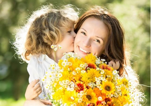 Dzień Matki już 26 maja 2021. Chcesz złożyć swojej Mamie życzenia, ale brakuje Ci odpowiednich słów? Podpowiadamy!