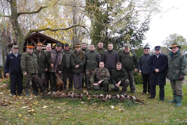 W polowaniu wzięło udział kilkunastu myśliwych.