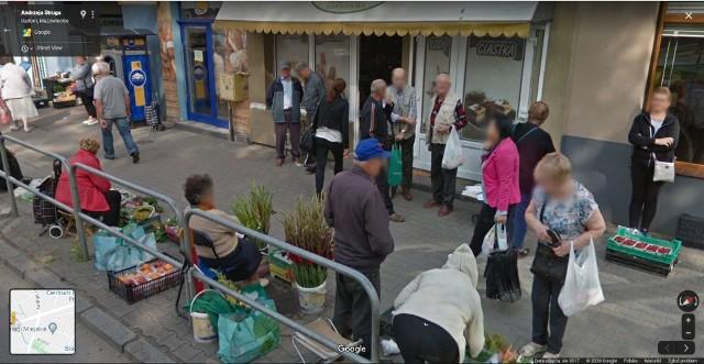 Zobacz zdjęcia radomian na Google Street View! W programie automatycznie zamazywane są ludzkie twarze i tablice rejestracyjne samochodów, ale na zdjęciach można rozpoznać siebie lub kogoś znajomego po charakterystycznej sylwetce, ubraniu lub miejscu. A może to ciebie upolowała kamera Google'a - na spacerze z psem, w czasie zakupów lub podczas rowerowej przejażdżki po radomskim Śródmieściu?