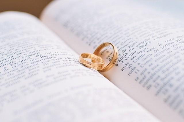 Życzenia na ślub mogą być krótkie lub dłuższe, poważne lub żartobliwe - ważne żeby były od serca.