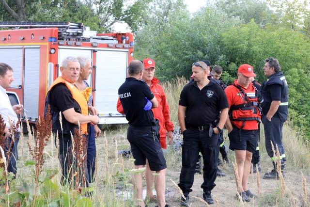Strażacy OSP Imielin, OSP Chełm Śląski i PSP Tychy oraz policjanci interweniowali dziś (15 sierpnia) nad Zalewem Dziećkowice. Powód? Kobieta zgłosiła, że jej mąż wszedł do wody i nie wypłynął.