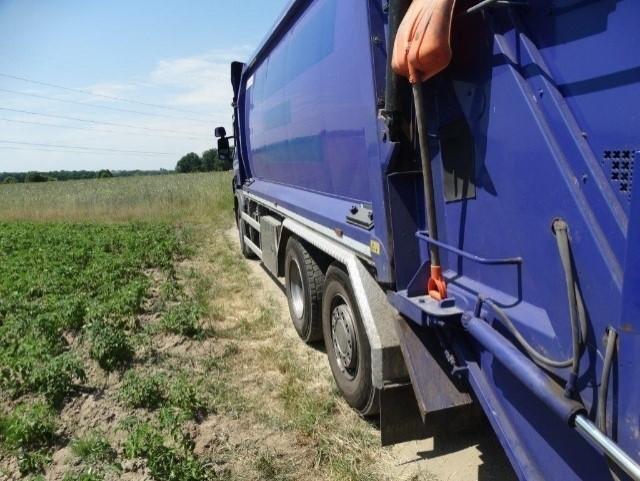 Do wypadku z udziałem śmieciarki doszło na lokalnej drodze w Laskówce Chorąskiej