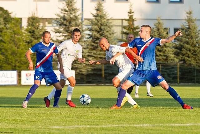 Polonia Przemyśl (niebieskie stroje) jest faworytem meczu z Rzemieślnikiem Pilzno. Ekoball Stal Sanok (na biało) w derbach zagra z LKS-em Pisarowce