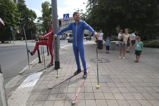 Trwa Festiwal Malta. Podczas niego byliśmy świadkami niecodziennej rywalizacji. W samym centrum Poznania rywalizowano na nartach. Nagrodą główną w tym wyścigu było zdobyte doświadczenie. Dwóch narciarzy biegowych, którzy zgubili drogę, ramię w ramię w jednym wyścigu, odbyło narciarską odyseję – podróż o niejasnym kierunku i końcu. Było, co oglądać!